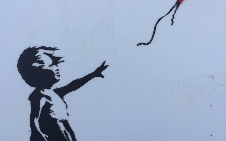 dibujo de niña soltando un globo rojo
