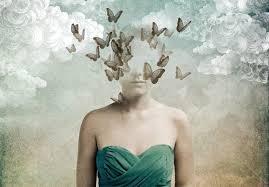 medio cuerpo de chica con la cabeza llena de mariposas