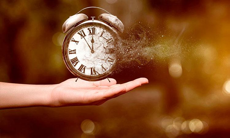 mano que sostiene un reloj que se disuelve como el tiempo